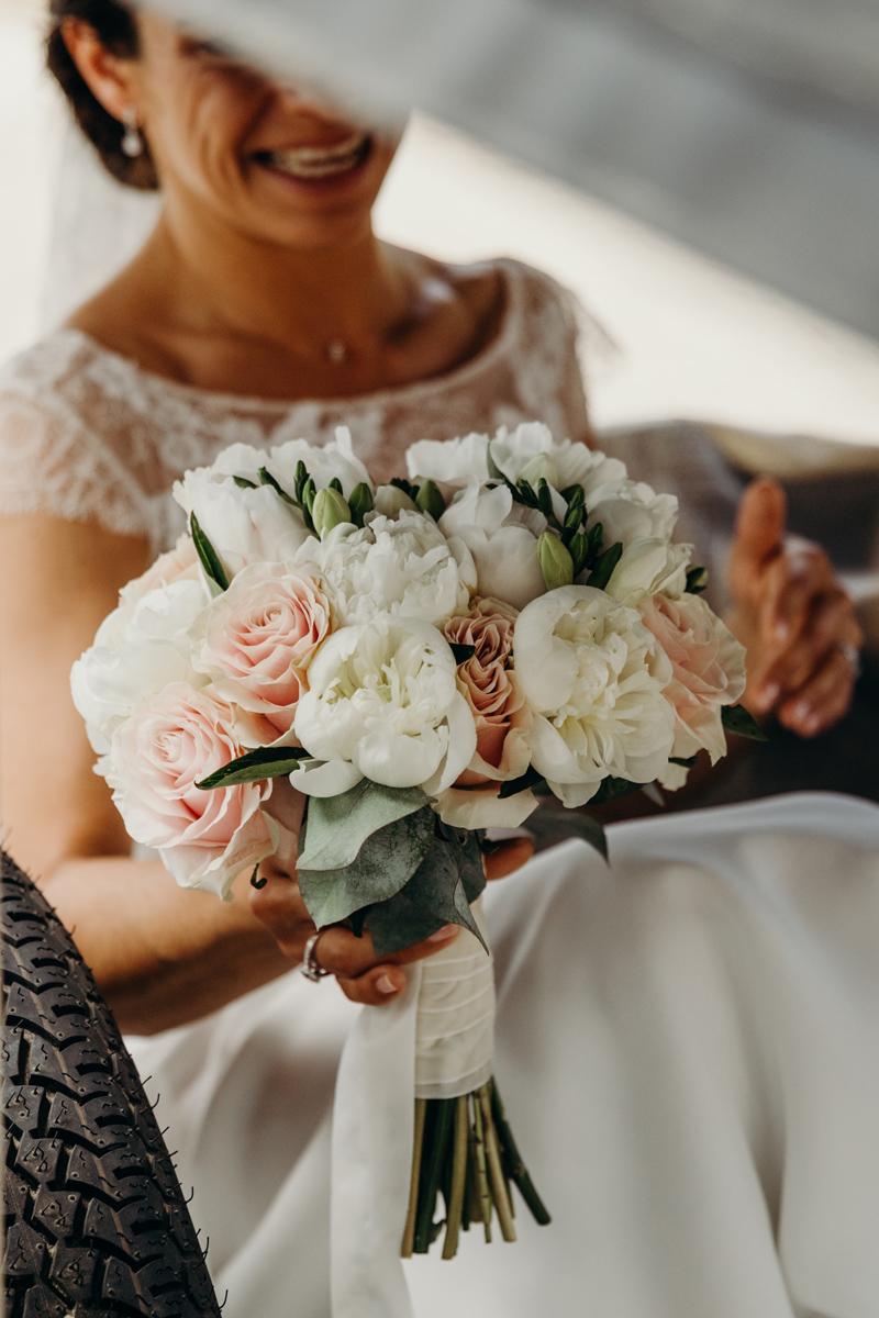 Fleurs du mois de mai pour mariage et événement champêtre et bouquet de décoration en pivoine.