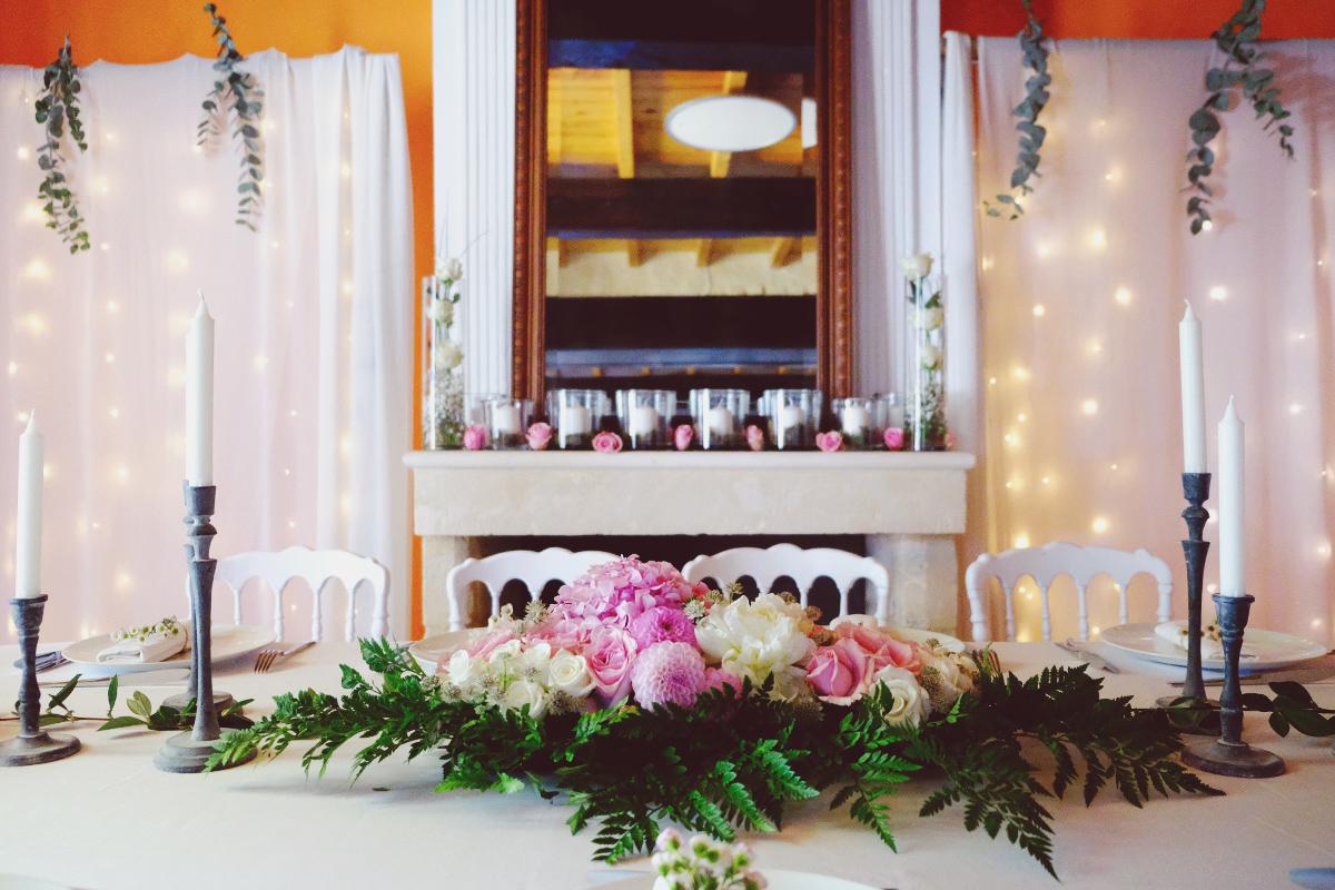 Arche de table de mariage de réception à la décoration champêtre, chic et en fleurs.