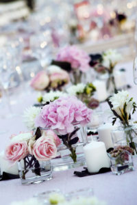 Décoration Table Rectangulaire Mariage, Réception Et événement En Fleur Au Style Chic Et Simple.
