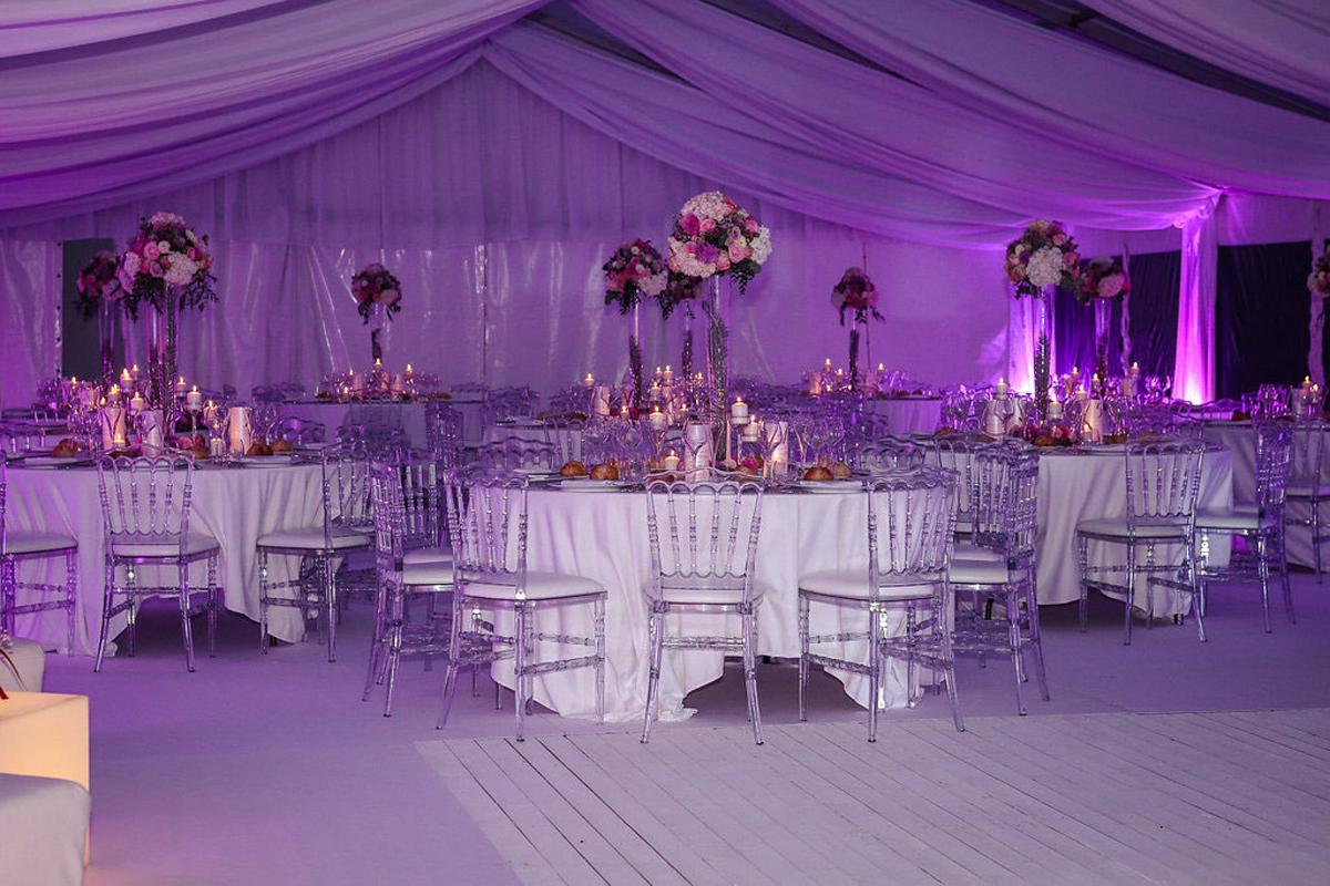 Décoration de table ronde de mariage champêtre et événement chic en fleurs pour salle de réception.