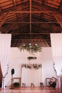 Décoration Et Suspension De Plafond Et Poutre En Fleur Et Feuillage Lors De Mariage Chic.