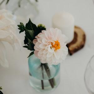 Vase Bouteille En Verre Mariage Et Décoration En Fleur De Dahlia Champêtre De Centre De Table.