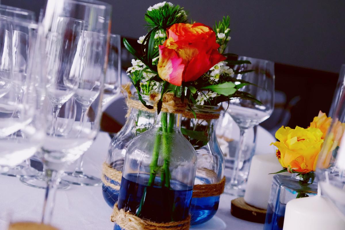 Vase bouteille en verre mariage et décoration en fleur de centre de table.