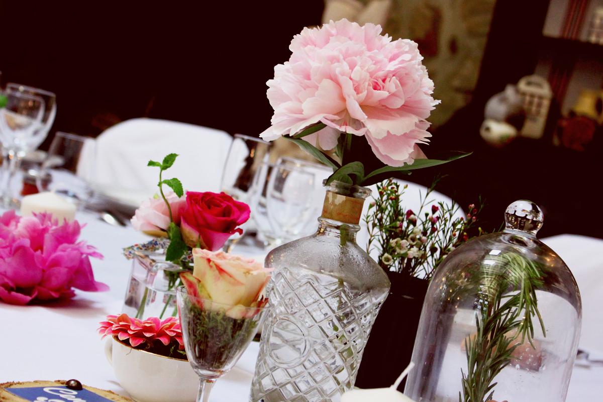 Vase bouteille en verre mariage et décoration en fleur de pivoine de centre de table.