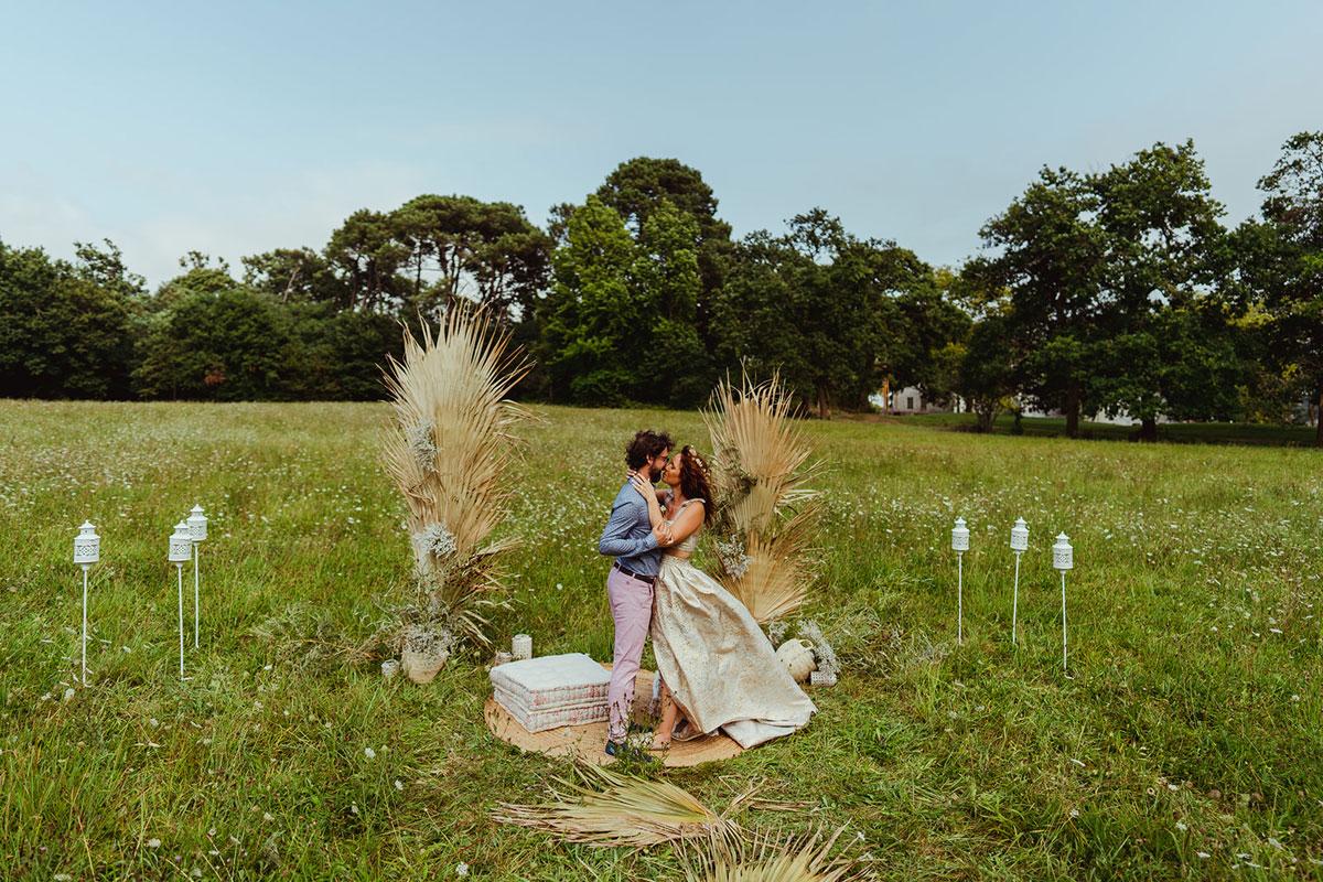 Décoration mariage en fleurs séchées et une arche de cérémonie dans un domaine atypique du Sud Ouest.