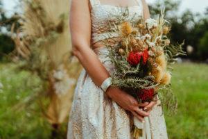 Décoration Mariage En Fleurs Séchées Et Un Bouquet De Mariée Champêtre, élégant Aux Couleurs Or, Orange Et Verte.