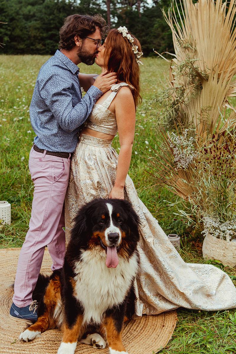 Décoration mariage en fleurs séchées et une arche de cérémonie avec un chien comme témoin de mariage original.