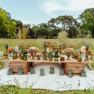 Décoration Mariage En Fleurs Séchées Et Une Table D'honneur Des Mariés Dans Un Champs En Pleine Forêt à L'extérieur Pour Un Décor Naturel De Luxe Au Pays Basque.