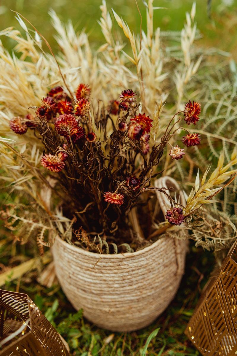 Décoration mariage en fleurs séchées et une table aux bouquets et centres de tables rouge.