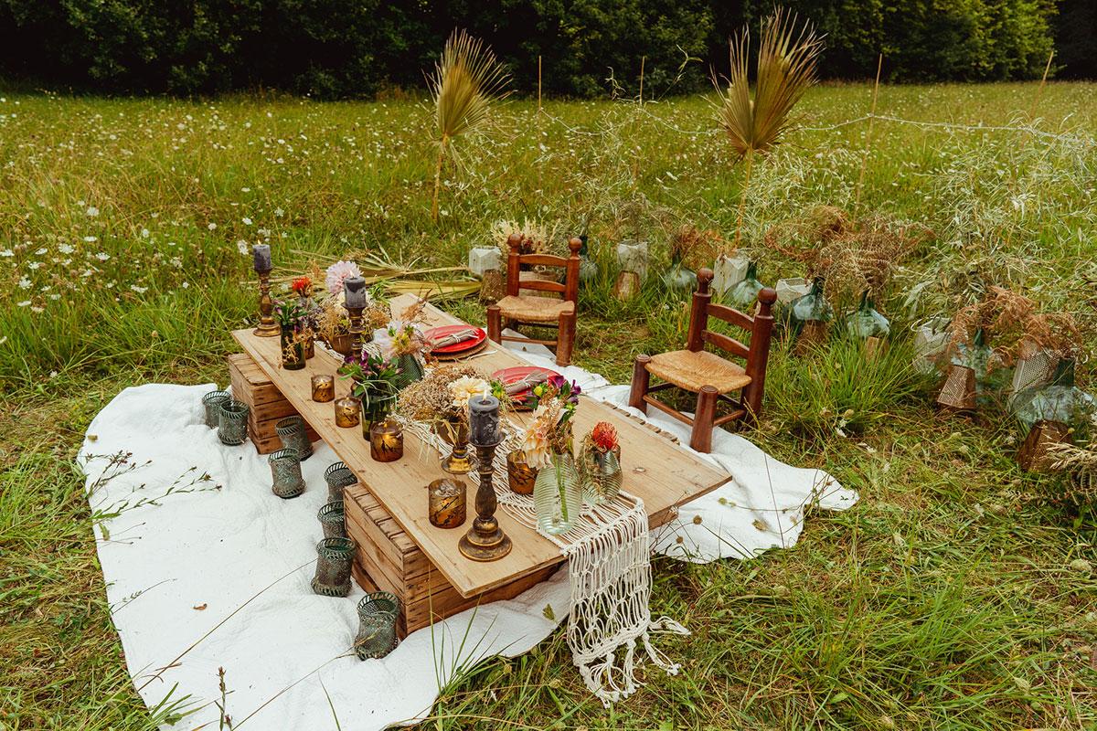 Décoration mariage en fleurs séchées et un chemin de table en macramé pour un décor bohème en pleine campagne.