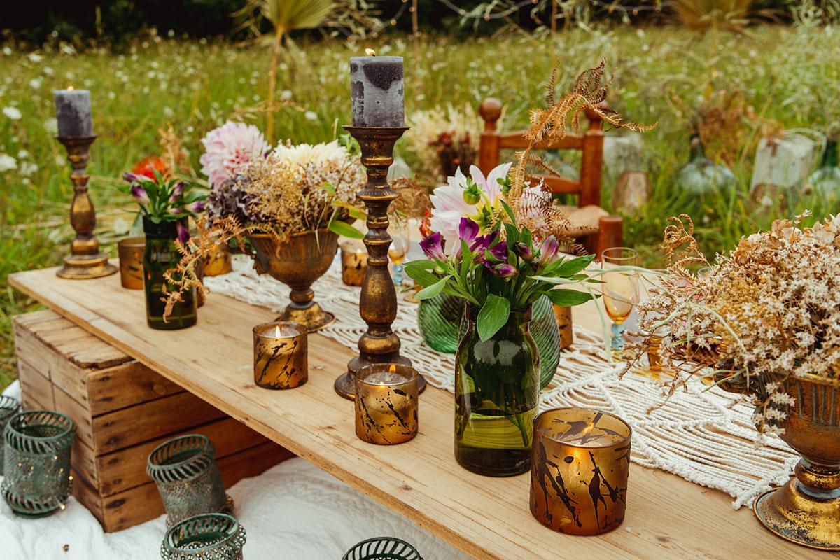 Décoration mariage en fleurs séchées et aux vases et objets de déco rétro, chic et élégant.