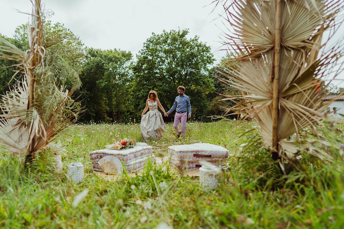 Décoration mariage en fleurs séchées et une arche de cérémonie au style originale et chic dans un champs au Pays Basque.
