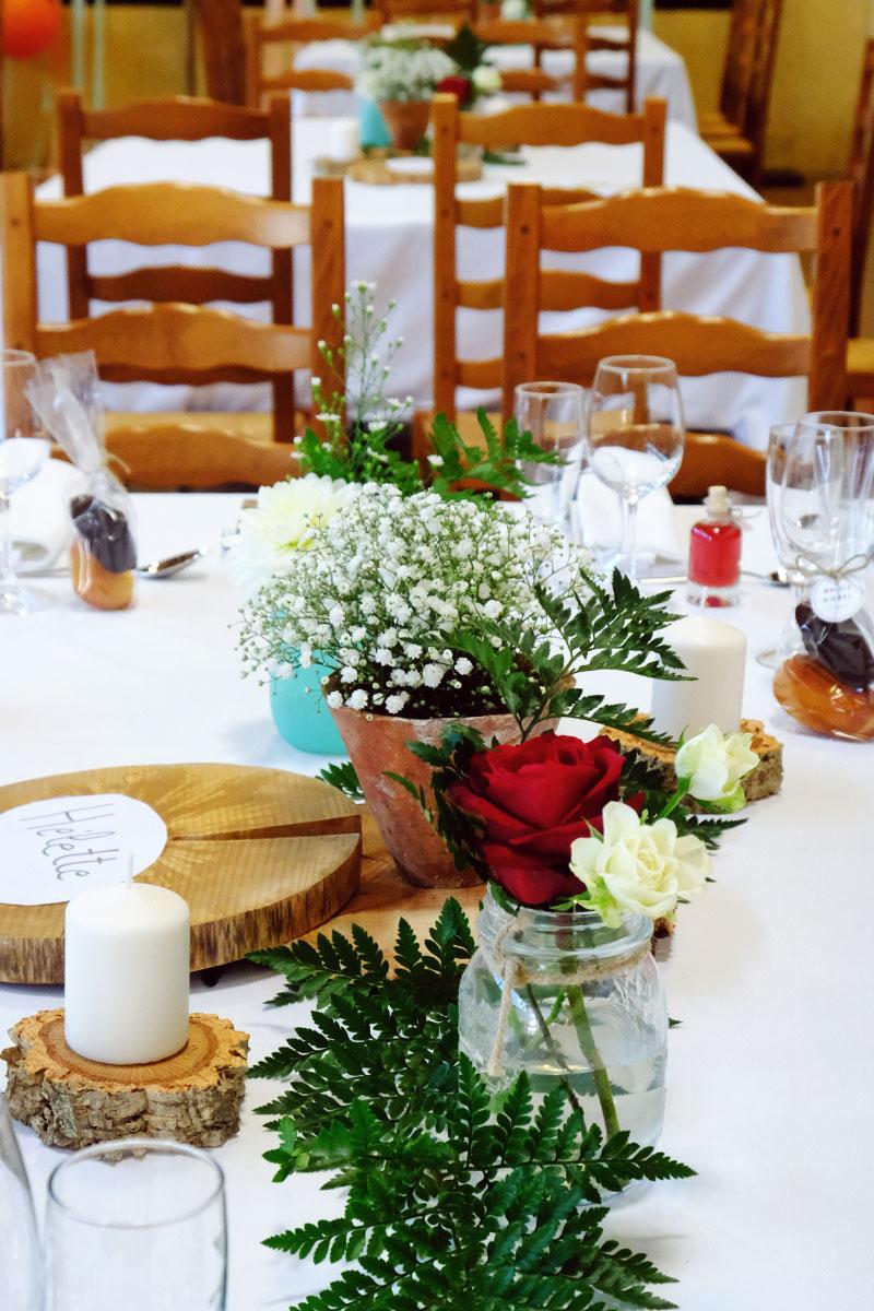 Décoration de mariage au fronton et trinquet du Pays Basque à Hélette pour des fleurs d'événement.