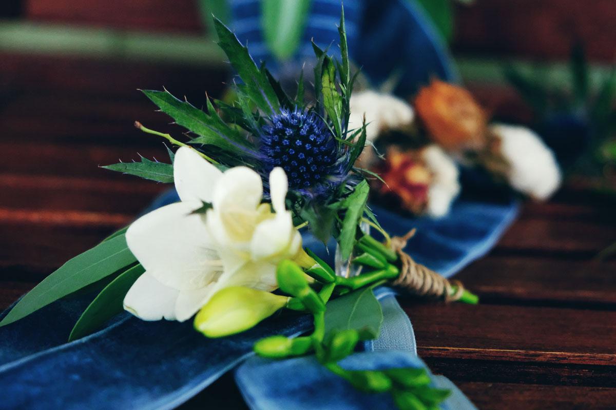 Boutonnière du marié en fleurs lors de ce mariage de septembre.