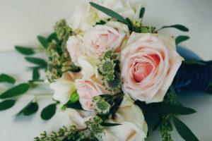 Bouquet De Mariée En Rose Lors D'un Mariage Au Cap Ferret.