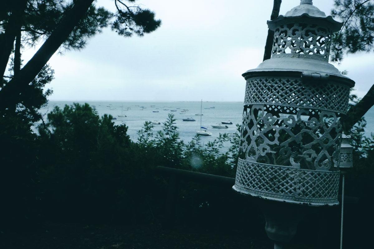 Mariage à la Demeure du Siècle au Cap ferret avec une décoration de cérémonie et réception bohème aux fleurs champêtres face au Bassin d'Arcachon.