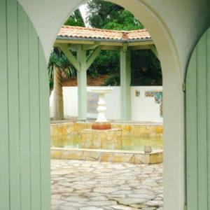 Mariage à La Demeure Du Siècle Au Cap Ferret Avec Une Maison Aux Poutres Et Volets Vert Clair.