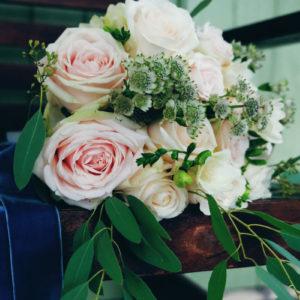 Bouquet De Mariée Lors Du Mariage Au Lieu De Réception De La Demeure Du Siècle.