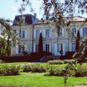 Le Château De Garde Et Son Jardin Lors D'un Mariage Chic Et Une Réception Atypique.