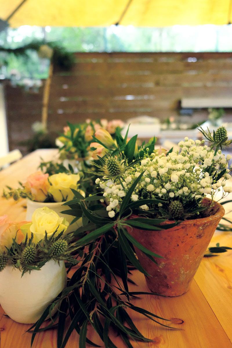 Décoration mariage nature chic au mois d'octobre au cap ferret avec les bouquets de fleurs de réception.