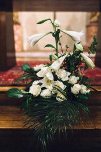 Bouquet Pour Autel De L'église Lors De Mariage Aux Fleurs Blanches.
