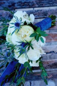 Bouquet De Mariée En Fleurs Champêtres De Couleur Bleu Et Blanc Sur Un Thème De La Mer.