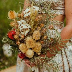 Bouquet De Mariée En Fleurs Séchées D'un Mariage Bohème Chic.