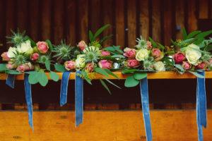 Bouquet De Demoiselle D'honneur Et Témoin De Mariage Au Thème Bohème Chic En Fleur De Rose, Eucalyptus Et Chardon.