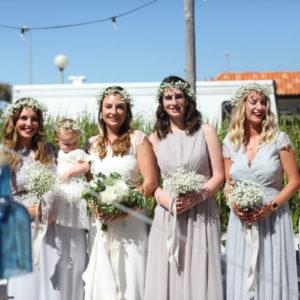 Bouquet Et Accessoire Fleur Blanche Lors De Mariage Champêtre Pour Mariée Et Demoiselle D'honneur.