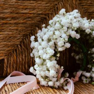 Bracelet Fleur Blanche En Gypsophile Lors De Mariage Champêtre Chic.
