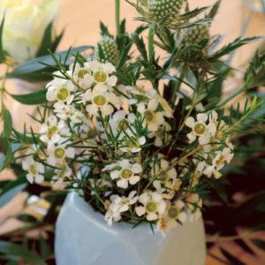Décoration En Composition Florale De Table De Mariage Simple Et Chic.