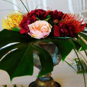 Centre De Table Au Style Hindou Lors D'un Mariage étranger Au Thème Du Voyage Bohème.