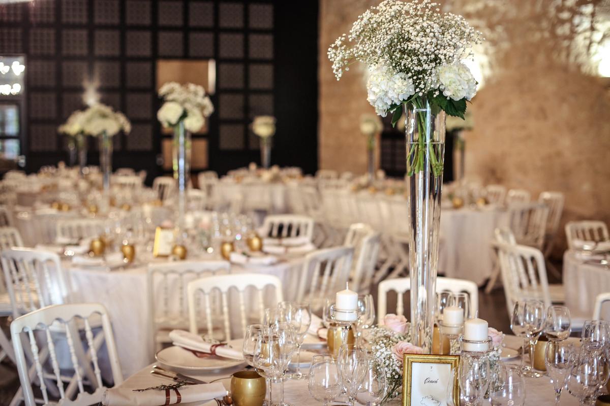 Centre de table de décoration de mariage en hortensia blanc.