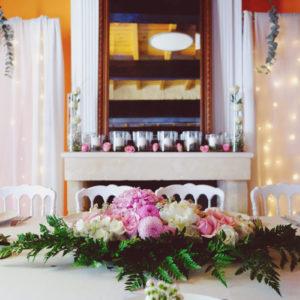 Centre De Table Avec La Rose Et Du Feuillage Lors D'une Réception Dans Un Château De Bordeaux Et De Gironde.