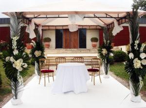 Cérémonie Et Houppa De Mariage à La Cérémonie Juive En Fleurs De Blanc.