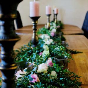 Chemin De Table En Eucalyptus Et Roses Fraîches Lors D'un Mariage En Aquitaine Organisé Et Décoré Sur Septembre Et L'été.