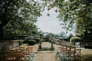 Décoration De Cérémonie De Mariage En Feuillage D'eucalyptus Dans Un Jardin De Bordeaux Et De Gironde En Aquitaine.