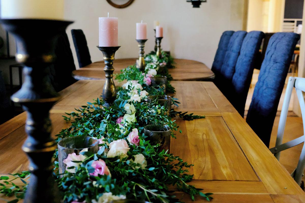 Décoration avec centre et chemin de table en eucalyptus pour un thème bohème romantique d'une réception sur le Pays Basque dans le Sud Ouest en Aquitaine.