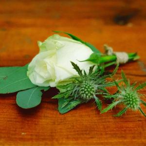 Décoration En Fleurs De Boutonnière De Mariage Simple De Couleur Vert Et Blanc.