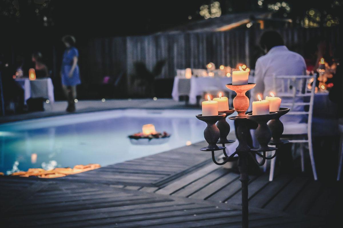Décoration et bougie lors de mariage au bord d'une piscine.