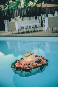 Bouquet Et Composition En Fleurs Pour Décoration De Piscine Lors De Mariage Et événement.