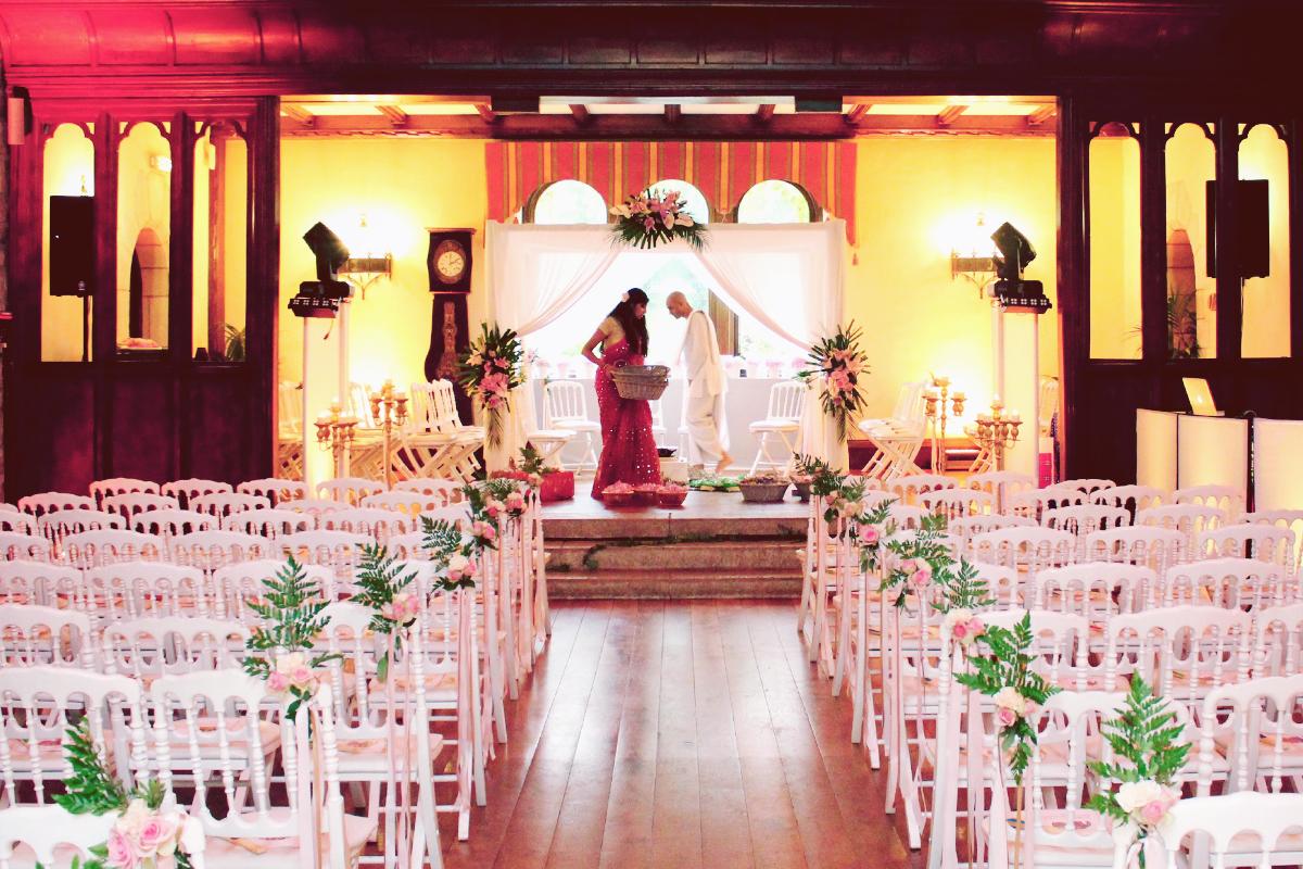 Cérémonie de mariage sur le thème Indou dans un lieu de réception.