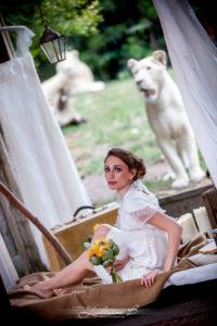 Bouquet De Mariée Sur Un Mariage à La Décoration Au Thème Du Voyage Avec Lions Et Animaux.