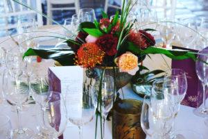 Bouquet De Fleurs Sur Le Style Sauvage, Tropical D'une Réception De Mariage Chic Et Bohème.