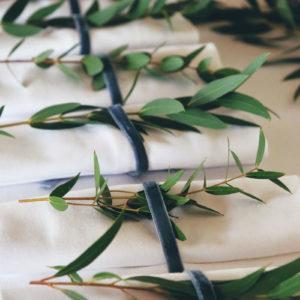 Décoration De Serviette De Mariage En Feuillage D'eucalyptus Pour Réception Champêtre Chic.