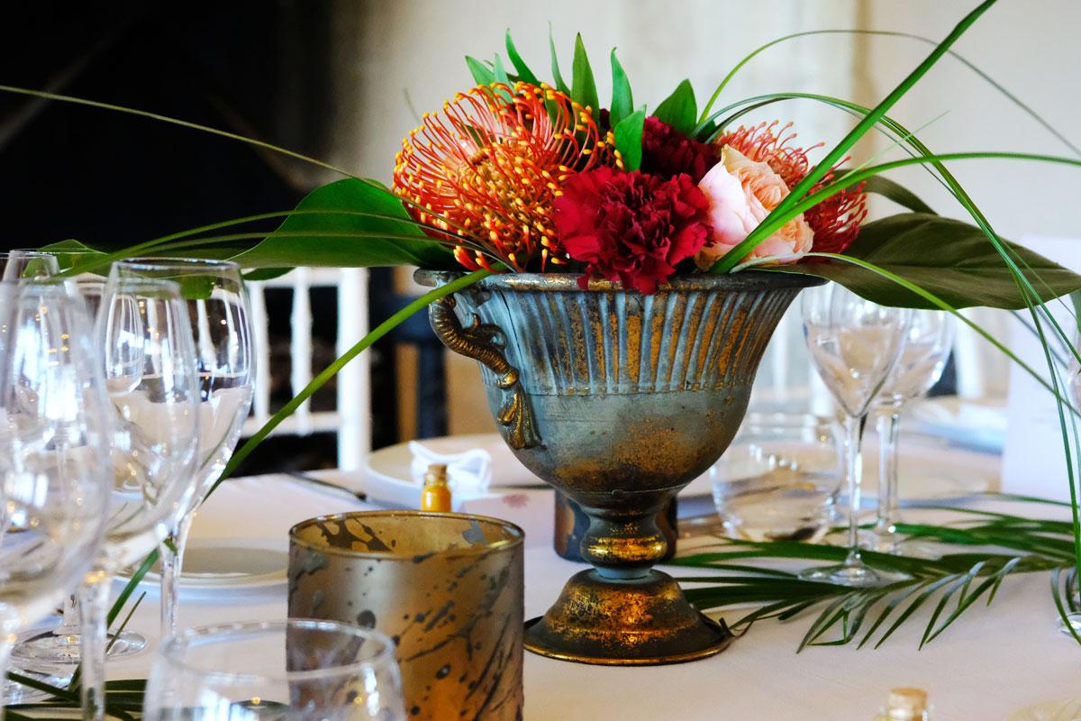 Mariage au thème tropical exotique avec décoration et composition florale.