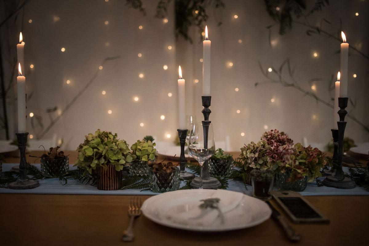 Hortensia séchée et bougie comme composition florale de mariage sur le thème du Japon.