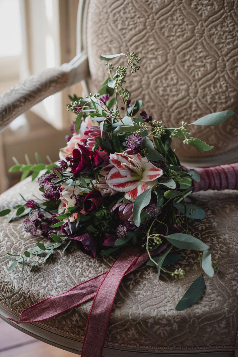 Bouquet de mariée en fleur d'hiver avec l'amaryllis en rouge et blanc.