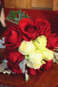 Bouquet De Mariée Romantique En Fleurs Rouge Et Blanche à Noël.