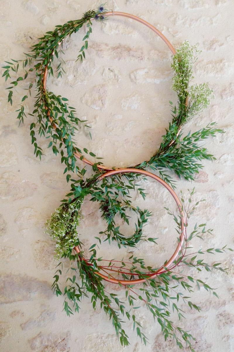 Cerceau cuivre avec feuillage d'eucalyptus pour mariage et déco de mur en végétal à noël.